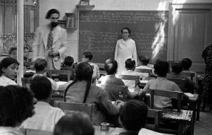 Joan Puig Elias visita un centre dell'Escola Nova Unificada