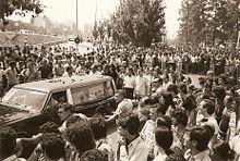 coche funebre de valentin gonzalez Vista del coche fúnebre con los familiares, detrás una masiva manifestación.