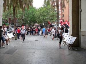 Concentración de CNT-Valencia y JuventudesLibertariasconmemorando el 35 aniversariode la muerte de Valentín con el montaje de unaexposiciónen la puerta delMercado de Abastos