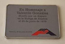 Placa actual en el Mercado de Abastos de Valencia, en memoria de Valentín Gonzalez.