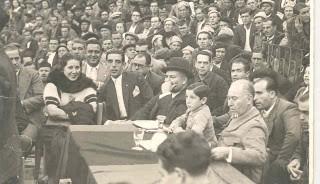 Fotografía de los asistentes a un mitin en una plaza de toros, entre ellos Juan López.