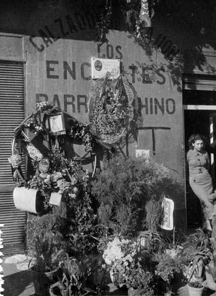 ANC.. Autor desconocido. Los encantes del barrio chino, el lugar donde cayó muerto Ascaso, lleno de ramos de flores en su homenaje