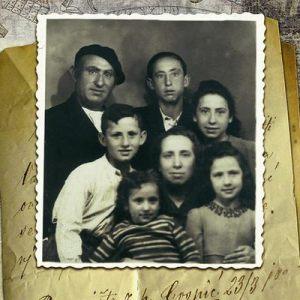 Foto de familia, Lucio es el niño con flequillo.
