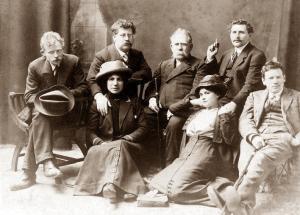 Grupo de jovenes anarquistas en Londres (1912). Se izquierda a derecha Simmerling, Rudolf Rocker, Wuppler, Lazar Sabelinsky, Loefler; sentadas Milly Witkop-Rocker i Milly Sabel