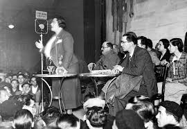 Con Federica Montseny y Claro José Sendón en la conferencia de la primeraLa Commune de París y la Revolución españolael Cine Coliseum de Valencia (14 de marzo de 1937)