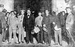 De izquierda a derecha: Ignacio Delgado, Adolfo Díaz, Mauro Bajatierra, Luis Bataille, Tomás de La Llave y José Miranda, al salir de la cárcel, una vez notificada la orden de libertad tras ser juzgados por el asesinato del presidente del Consejo de Ministros Eduardo Dato Iradier (Madrid, 11 de octubre de 1923)