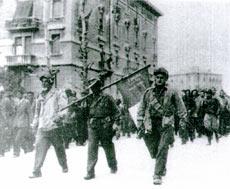 Fiaschi, en el centro portando la bandera, con 14 años.