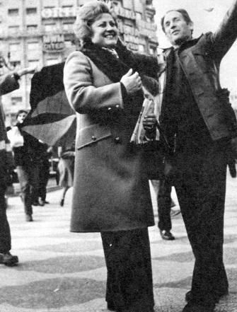 Fernando Carballo una vez libre y su compañera Juana en el recibimiento llevada a cabo por los compañeros madrileños (enero de 1977)