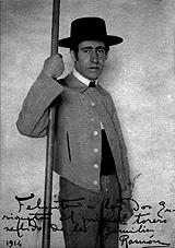 06-Acín con traje de picador, 1914