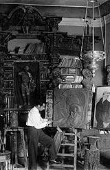19-Acín en su estudio con el relieve de Joaquín Costa. Foto Oltra, 1930