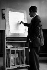 22-Acín con una mesa-caballete diseñada por él, 1932