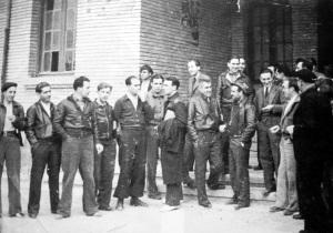 A la entrada del Consejo de Aragón (Caspe, 1937). Miguel Chueca (con gorra) es lo que hace nuevo empezando por la izquierda de la primera fila; a su izquierda Joaquín Ascaso y Francisco Ponzán