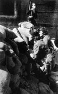 En la foto milicianas en una barricada en Barcelona, año 36