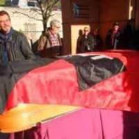 """El filósofo García Rúa es despedido en Granada con el himno """"A las barricadas"""""""