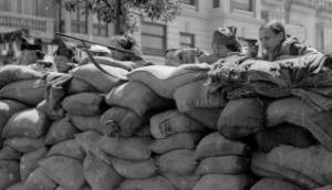 Milicianas apostadas en una barricada de las calles de Valencia durante los primeros días de la sublevación. José Lázaro Bayarri/Biblioteca Valenciana