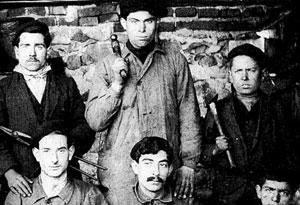 durruti-leyenda-del-anarquismo-espanol-de-pie-en-el-centro