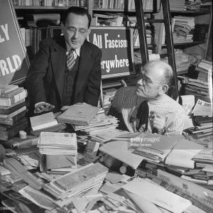 Aldino Felicani (R), propietario y editor de una publicación mensual antifascista LA CONTROCORRENTE (contracorriente).