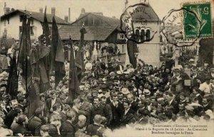 [Entierro de Edward Shoemaker, golpeando trabajador muerto por la policía durante la manifestación del 28 de julio de 1907 en La Raon-Paso. El anarquista Boudoux Francisco, pronuncia un discurso en el cementerio en medio de la multitud; presencia de banderas fuente sindical]. cartoliste