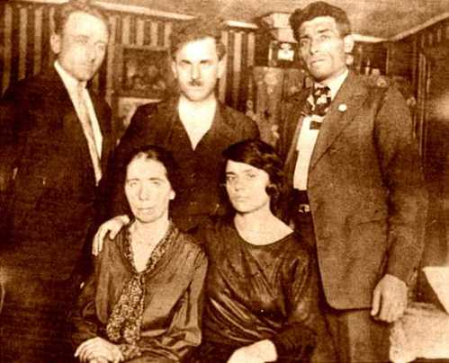 Bruno (de pie a la izquierda) con miembros del Grupo de Defensa a Sacco y Vanzetti (1927). La mujer sentada a la izquierda es la hermana de Bartolomeo Vanzetti La dona asseguda a l'esquerra és la germana de Bartolomeo Vanzetti