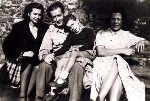 Kasilda (a la derecha) con Likiniano y familia