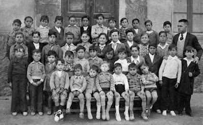 El maestro José Alberola con sus alumnos de la SOCIEDAD CULTURAL AURORA Fraga AÑO 1933