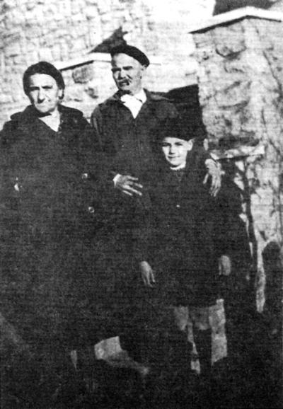 Los padres y el hermano pequeño de Félix Álvarez (1940)