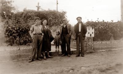 Antonio Morales Guzmán (a la derecha) con Federica Montseny y otros (Colonia Ayma, 1952)