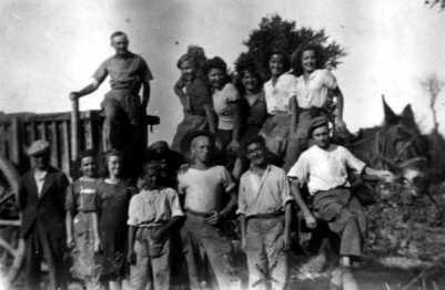 Antonio Morales Guzmán (señalado con una X) y otros compañeros a la vendimia francesa (1948) [CIRA-Lausana]