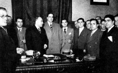 Aurelio Fernández, secretario general de la Junta de Seguridad Interior, y otras personalidades (Tarradellas, Eroles, Portela, etc.) en la p reza de posesión del nuevo comisario general de Orden Público (Barcelona, 1936)