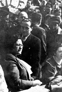 Mateu Baruta, con corbata, con Federica Montseny en un mitin en el parque Güell de Barcelona otoño de 1936