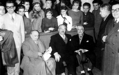 Tito L. Foppa (con cayado), poco antes de morir, en una reunión de gente del teatro