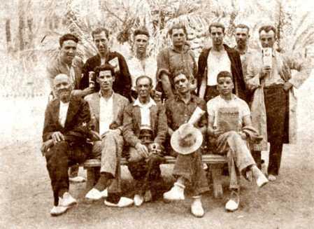 Domingo Germinal, sentado en el centro, con un grupo de compañeros durante una gira propagandística por la zona de Elche (1932)