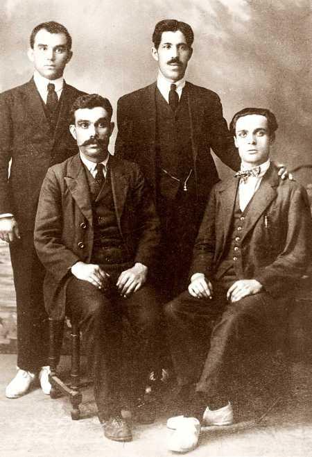 Miembros del Comité Peninsular de la FAI. De izquierda a derecha derechos: ácrata Lluly y desconocido;de izquierda a derecha sentados: Manuel Joaquim de Sousa y Sebastián Clarà Sardó (Barcelona, 12 de noviembre de 1930)