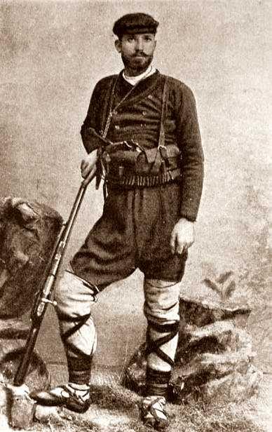 Kosta Nunkov con su uniforme de insurgente