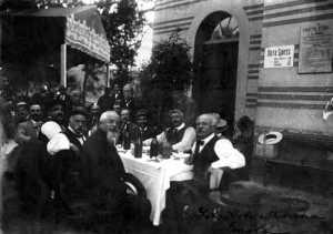 Cesare Agostinelli, en el centro sentado junto a Errico Malatesta (con gorra), en una dinada de compañero (Imola, 1913)