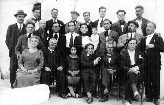 Zelmira Peroni, primera por la izquierda sentada, junto a Pasquale Binazzi y otros confinados (Lipari, 1927).
