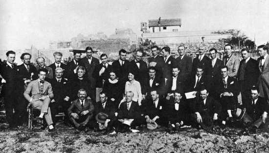 Zelmira Peroni, tercera por la izquierda sentada, junto a Pasquale Binazzi y otros confinados (Lipari, 12 de marzo de 1927)
