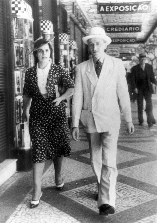 Emma Neri y Nello Garavini paseando por la Avenida Rio Branco de Río de Janeiro (años cuarenta)